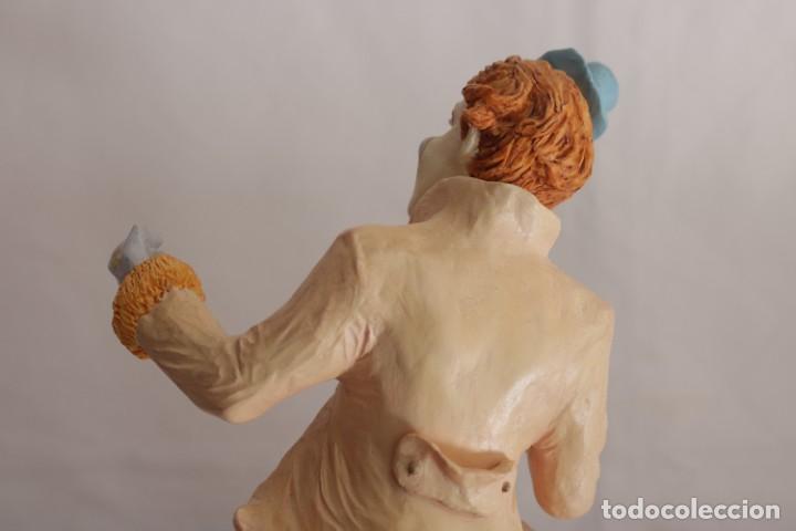Arte: Original escultura de resina de un payaso con gabardina - Greatart Collection - Foto 6 - 273170323