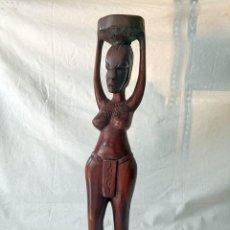 Arte: BONITA FIGURA AFRICANA DE MADERA MUJER PORTANDO CESTO EN CABEZA. Lote 276025848