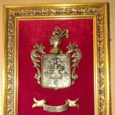 Arte: ESCUDO HERALDICO EN BRONCE - LAMADRID - MARCO DE MADERA DORADO Y TERCIOPELO ROJO - GRANDE 52 X 66 CM. Lote 276619943