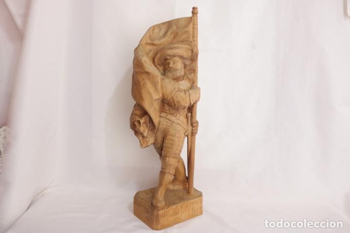 MUY ANTIGUA ESCULTURA DE UN EXPLORADOR CLAVANDO UNA BANDERA - HECHA EN MADERA - FIRMADA W.O. - 1979 (Arte - Escultura - Madera)