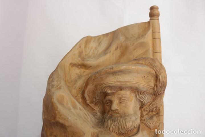 Arte: Muy antigua escultura de un explorador clavando una bandera - hecha en madera - firmada w.o. - 1979 - Foto 2 - 277095938