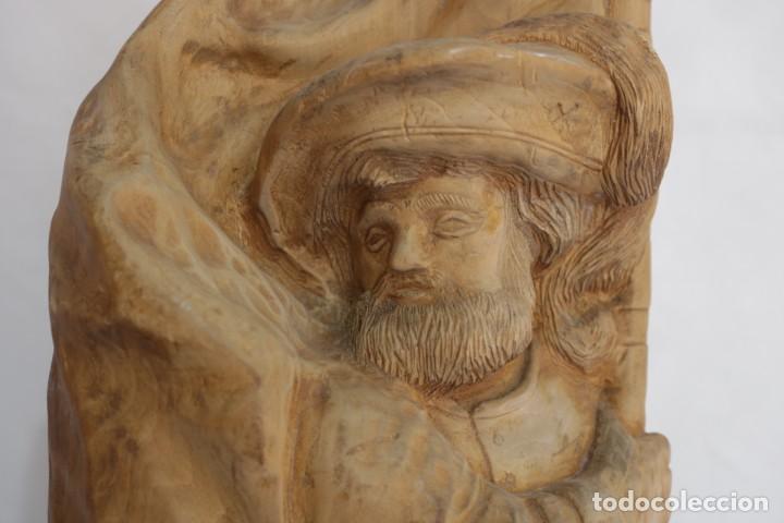 Arte: Muy antigua escultura de un explorador clavando una bandera - hecha en madera - firmada w.o. - 1979 - Foto 3 - 277095938