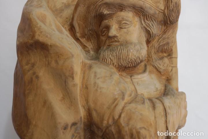 Arte: Muy antigua escultura de un explorador clavando una bandera - hecha en madera - firmada w.o. - 1979 - Foto 4 - 277095938