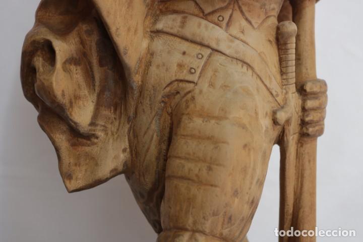 Arte: Muy antigua escultura de un explorador clavando una bandera - hecha en madera - firmada w.o. - 1979 - Foto 6 - 277095938