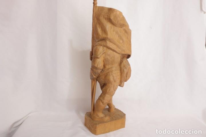 Arte: Muy antigua escultura de un explorador clavando una bandera - hecha en madera - firmada w.o. - 1979 - Foto 9 - 277095938