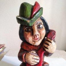 Arte: TALLA MADERA MÚSICO CON INSTRUMENTO Y SOMBRERO TIROLÉS. Lote 277579513