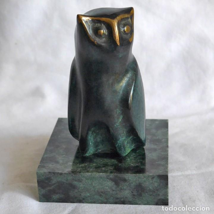 FIGURA DE BUHO EN BRONCE PATINADO SOBRE PEANA DE PIEDRA (Arte - Escultura - Bronce)