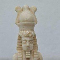 Arte: ANTIGUA TALLA EN MARFIL DE ELEFANTE DE UN FARAON EGIPCIO, BASE DE ASTA O CUERNO, 13 CM. ALTURA.. Lote 279444903