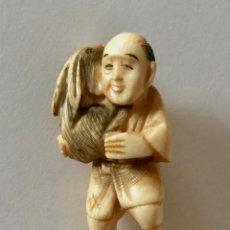 Arte: NETSUKE ANTIGUO ORIGINAL JAPONES VINTAGE TALLADO EN MARFIL HOMBRE Y CONEJO. Lote 284767568