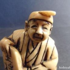 Arte: NETSUKE JAPONES CON TABLILLA . EN MARFIL. JAPON. EPOCA SHOWA. SIGLO XX. Lote 285037353