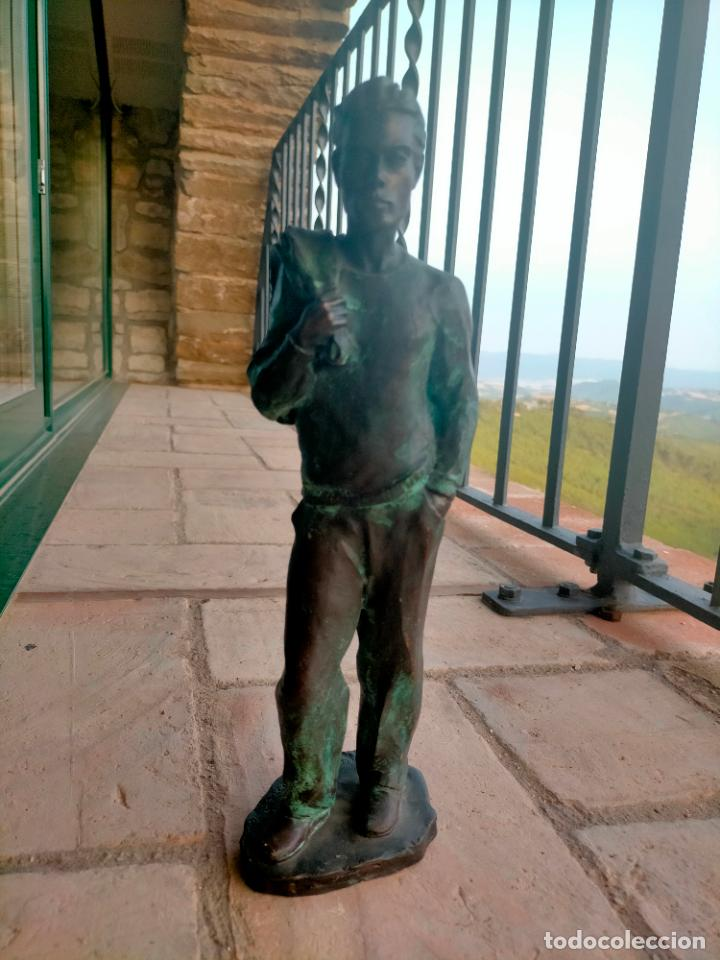 Arte: Escultura tipo bronce de I. Martí Bonet 1986 Joven con chaqueta en espalda - Foto 2 - 285108548