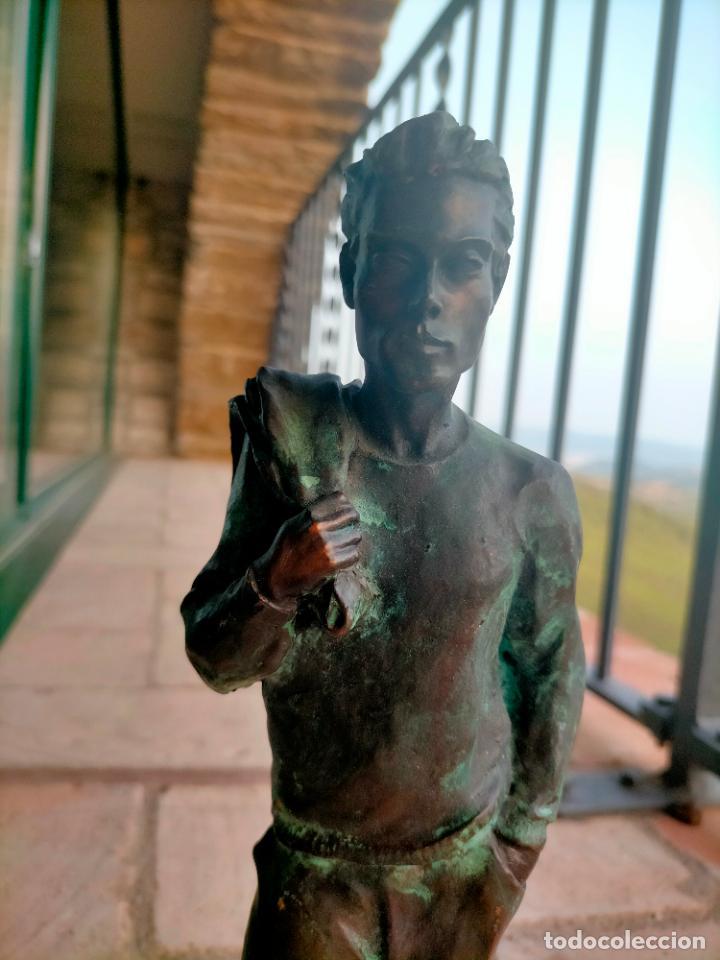 Arte: Escultura tipo bronce de I. Martí Bonet 1986 Joven con chaqueta en espalda - Foto 3 - 285108548