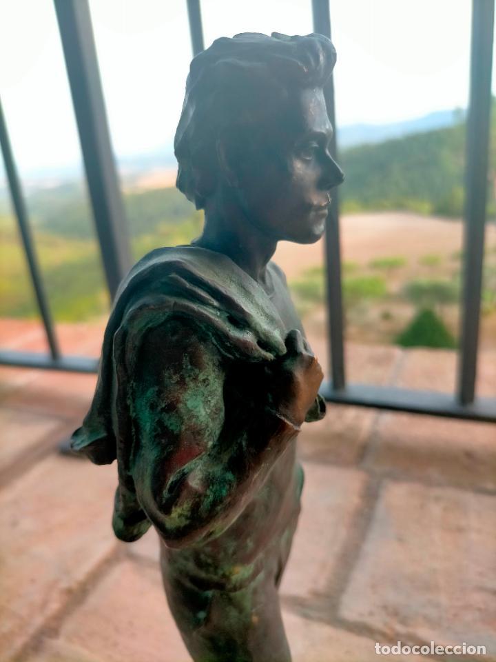 Arte: Escultura tipo bronce de I. Martí Bonet 1986 Joven con chaqueta en espalda - Foto 5 - 285108548