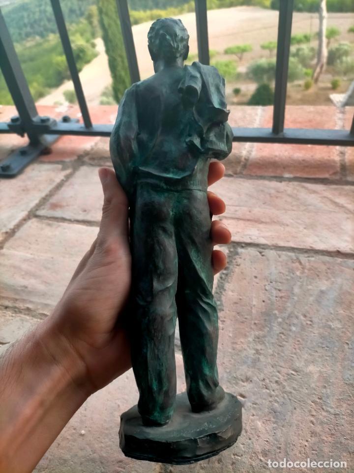 Arte: Escultura tipo bronce de I. Martí Bonet 1986 Joven con chaqueta en espalda - Foto 11 - 285108548
