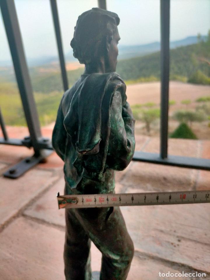 Arte: Escultura tipo bronce de I. Martí Bonet 1986 Joven con chaqueta en espalda - Foto 14 - 285108548