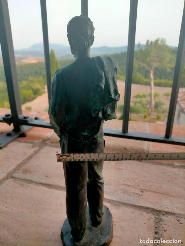 Arte: Escultura tipo bronce de I. Martí Bonet 1986 Joven con chaqueta en espalda - Foto 15 - 285108548