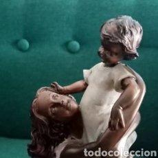 Arte: BELLA ESCULTURA DE RESINA, MUJER COGIENDO A UN NIÑO. UNA IMAGEN MUY DELICADA 26CM ALTO.... Lote 285991148