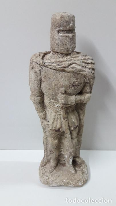 CABALLERO TEMPLARIO / CRUZADO . REALIZADO EN PIEDRA O MATERIA SIMILAR . ALTURA 46 CM (Arte - Escultura - Piedra)