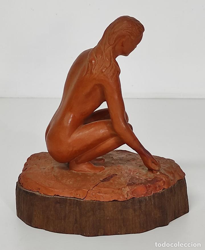 Arte: Bonita Escultura - Figura en Terracota - Peana de Madera - Foto 6 - 288068313