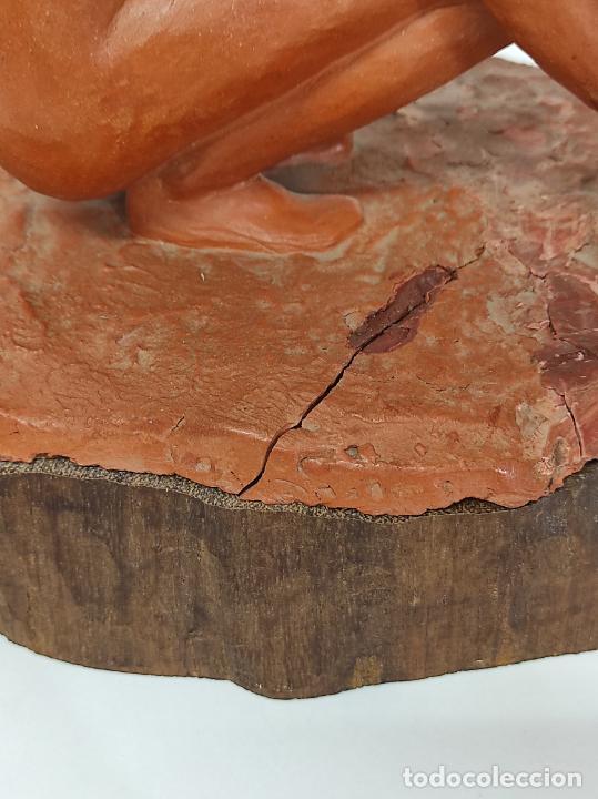 Arte: Bonita Escultura - Figura en Terracota - Peana de Madera - Foto 9 - 288068313