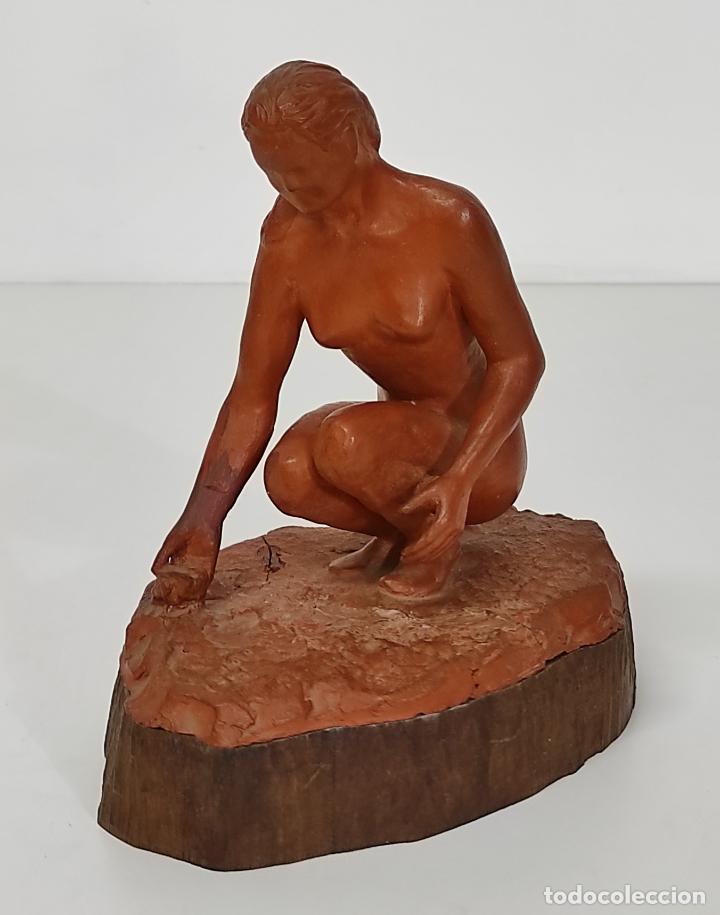 BONITA ESCULTURA - FIGURA EN TERRACOTA - PEANA DE MADERA (Arte - Escultura - Terracota )