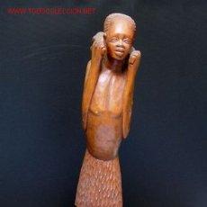 Arte: ANTIGUA ESCULTURA AFRICANA REPRESENTANDO UN HOMBRE QUE PORTA UN ANIMAL. Lote 25667998