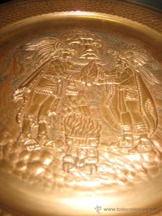 PLATO DE COBRE CON PAREJA DE INDIOS ( SEÑALES DE HUMO ) AZTECA MEXICO (Arte - Étnico - América)