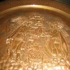 Arte: PLATO DE COBRE CON PAREJA DE INDIOS ( SEÑALES DE HUMO ) AZTECA MEXICO. Lote 26891047
