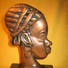 Arte: CABEZA DE MUJER AFRICANA EN METAL SOBRE PEANA DE MARMOL O MARMOLINA. Lote 32278478
