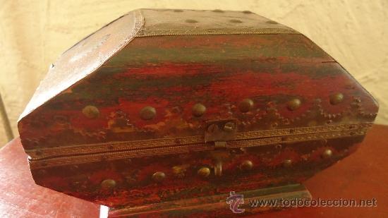 Arte: Antiguo cofre de madera policromada y con remates de metal y clavos india? - Foto 4 - 37584434