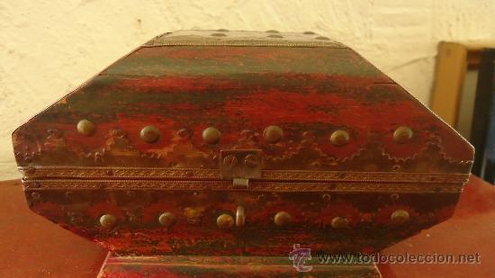 Arte: Antiguo cofre de madera policromada y con remates de metal y clavos india? - Foto 5 - 37584434