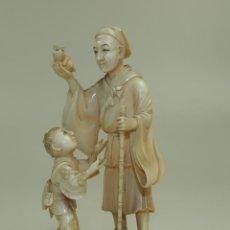 Arte: HOMBRE Y NIÑO. MARFIL TALLADO A MANO. PARCIALMENTE POLICROMADO. JAPÓN. XIX. Lote 50559147