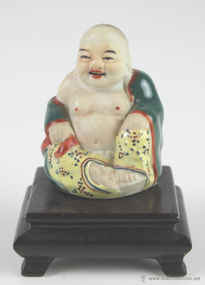 BUDA. PORCELANA ESMALTADA. PEANA DE MADERA. CHINA. SIGLO XX (Arte - Étnico - Asia)