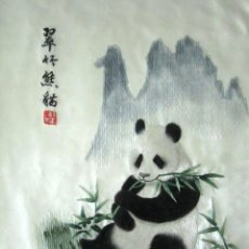 Arte: CHINA. DIBUJO TRADICIONAL BORDADO A MANO DE UN OSO PANDA. 27.7 X 37.5 CM . Lote 56212962