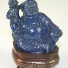 Arte: ESCULTURA DE BUDA EN LAPISLAZULI. PEANA DE MADERA. CHINA. SIGLO XX. Lote 127789724