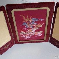 Arte: BONITO TRIPTICO CON UN DRAGON CHINO BORDADO DE SEDA CON HILOS DE PLATA Y ORO HECHOS A MANO EN CHINA . Lote 57679381