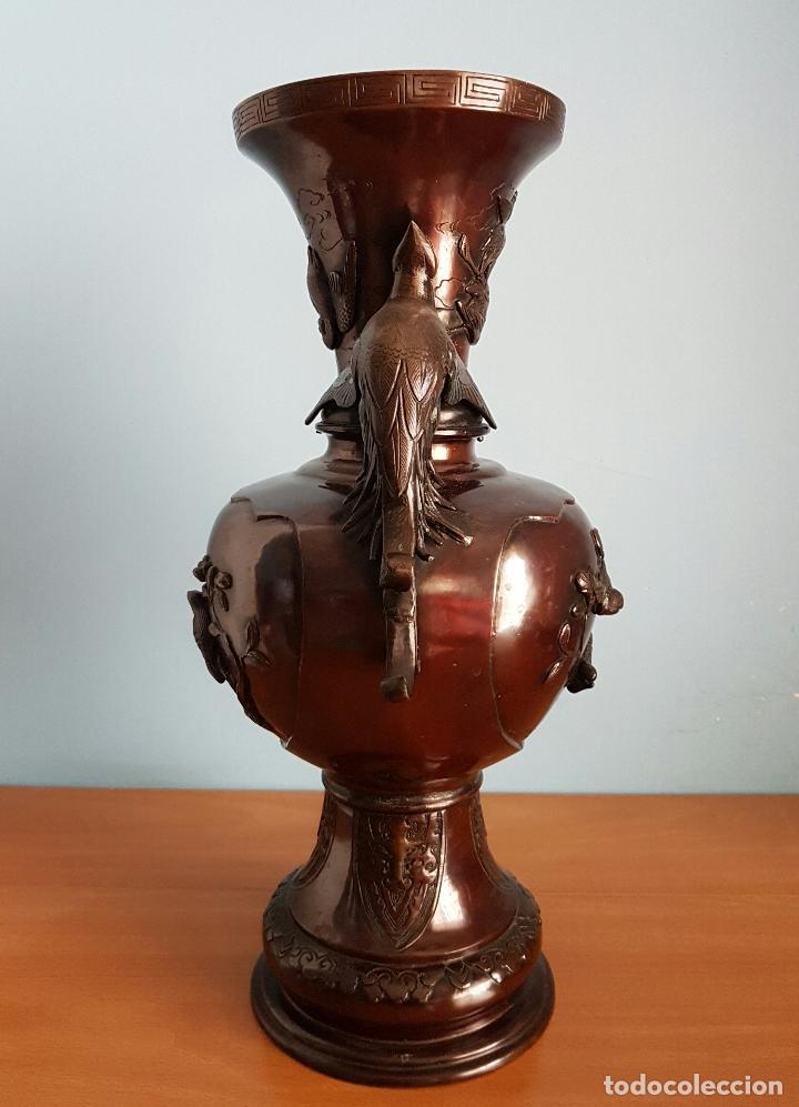 Arte: Antiguo jarrón Japonés en bronce macizo, con aves en relieve y bellos motivos tradicionales , 45 CM - Foto 4 - 73509071