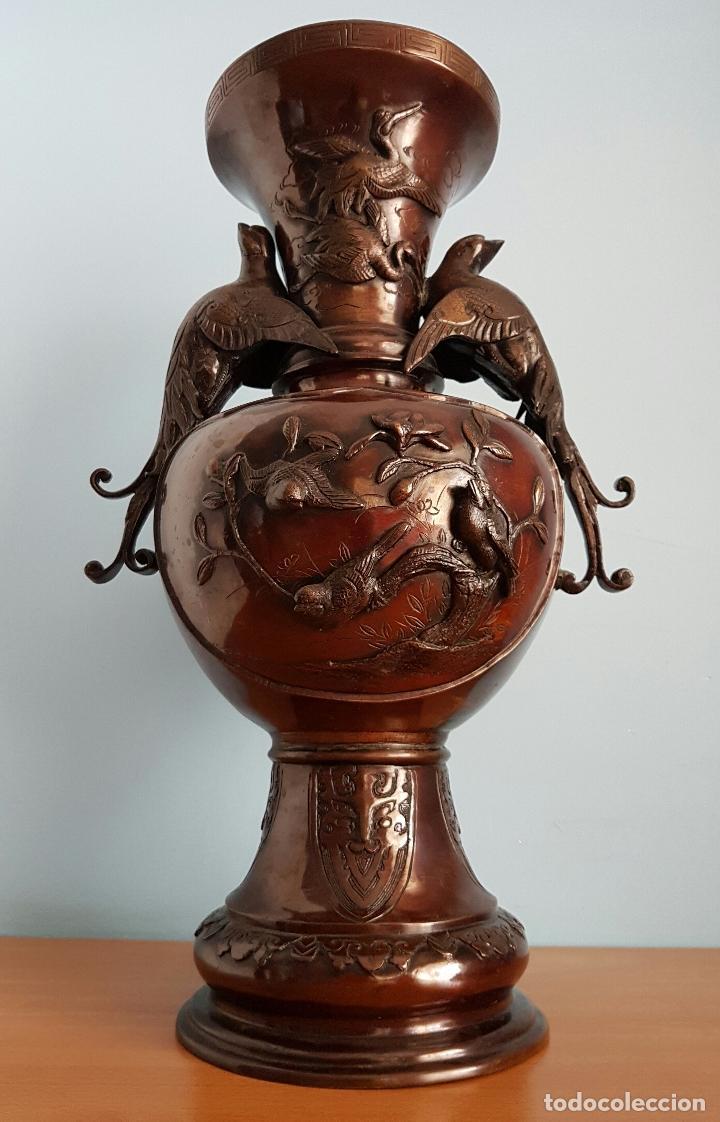 Arte: Antiguo jarrón Japonés en bronce macizo, con aves en relieve y bellos motivos tradicionales , 45 CM - Foto 5 - 73509071