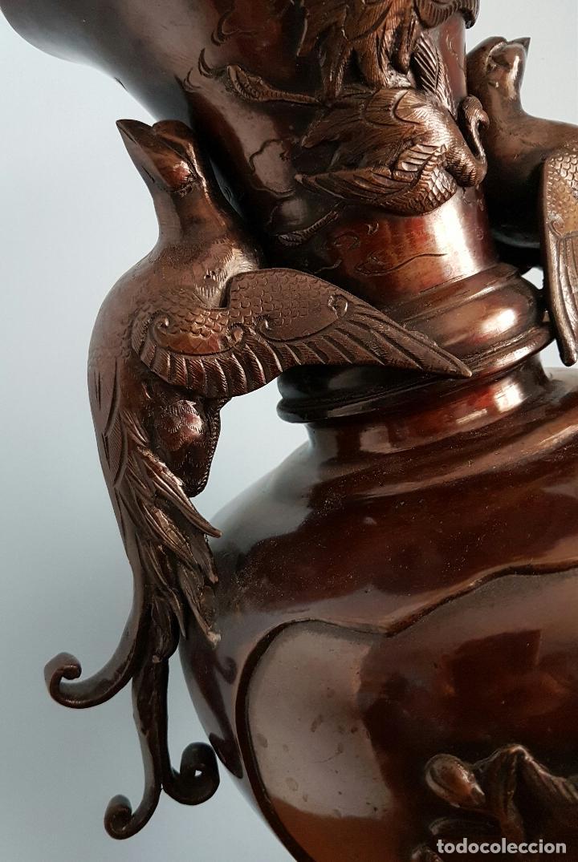 Arte: Antiguo jarrón Japonés en bronce macizo, con aves en relieve y bellos motivos tradicionales , 45 CM - Foto 7 - 73509071