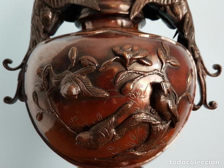Arte: Antiguo jarrón Japonés en bronce macizo, con aves en relieve y bellos motivos tradicionales , 45 CM - Foto 9 - 73509071
