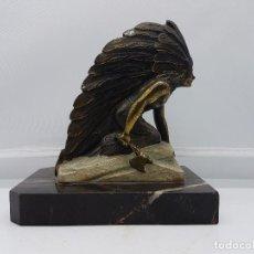 Arte: PRECIOSA ESCULTURA DE NATIVO AMERICANO CON HACHA EN METAL SOBRE PEANA DE MARMOL.. Lote 87393168