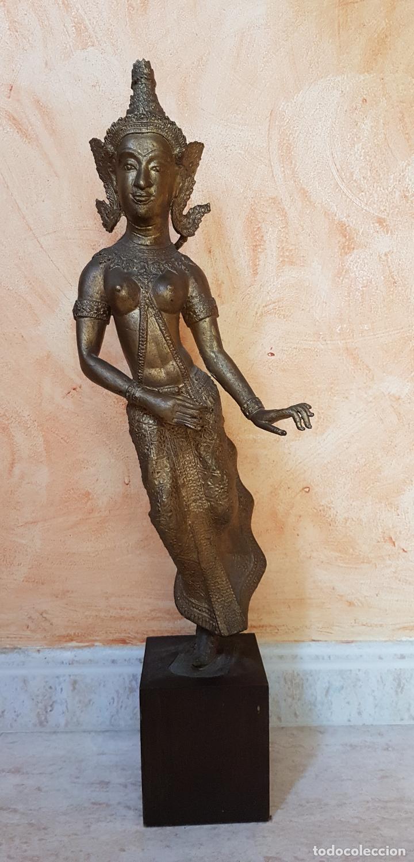 GRAN ESCULTURA ANTIGUA EN BRONCE DE BAILARINA TRADICIONAL TAILANDESA SOBRE PEANA DE MADERA. (Arte - Étnico - Asia)