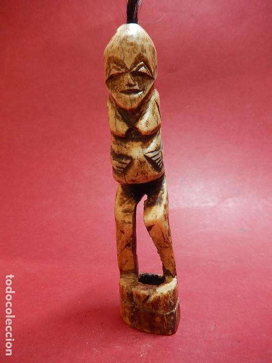 Arte: Figura antropomórfica tallada en hueso. Siglo XX. Posiblemente islas del Pacífico. - Foto 3 - 91221770