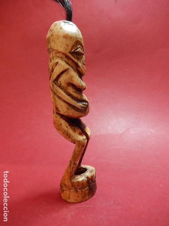 Arte: Figura antropomórfica tallada en hueso. Siglo XX. Posiblemente islas del Pacífico. - Foto 7 - 91221770