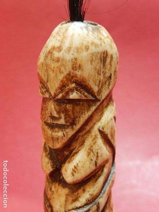 Arte: Figura antropomórfica tallada en hueso. Siglo XX. Posiblemente islas del Pacífico. - Foto 10 - 91221770
