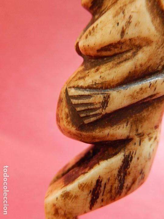 Arte: Figura antropomórfica tallada en hueso. Siglo XX. Posiblemente islas del Pacífico. - Foto 11 - 91221770
