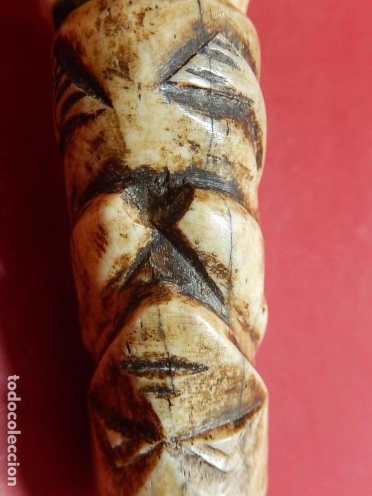 Arte: Figura antropomórfica tallada en hueso. Siglo XX. Posiblemente islas del Pacífico. - Foto 20 - 91221770