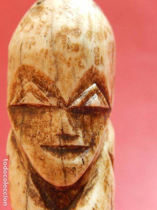 Arte: Figura antropomórfica tallada en hueso. Siglo XX. Posiblemente islas del Pacífico. - Foto 23 - 91221770