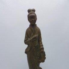 Arte: ESCULTURA ANTIGUA CHINA DE GEISHA CON TRAJE TRADICIONAL EN BRONCE MACIZO, AÑOS 20 .. Lote 95634455
