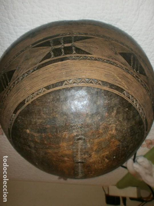FUENTE ANTIGUA CUENCO DE MADERA TALLADA CON LAÑAS ARTESANÍA AFRICANA DIÁMETRO 38 CM. ALTURA 18 CM. (Arte - Étnico - África)